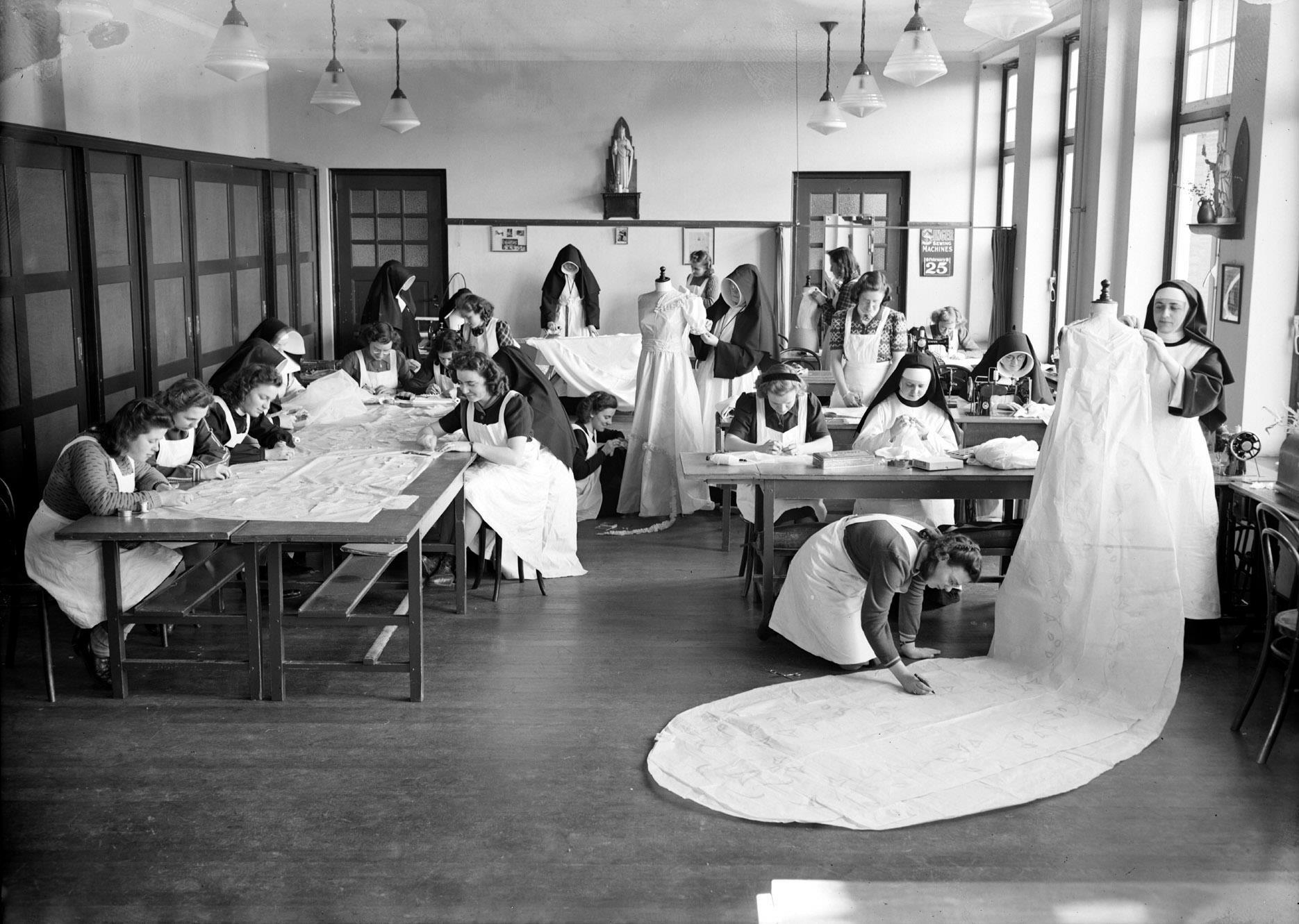 leerlingen en nonnen in het naaiatelier
